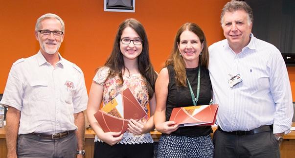A estudante Ana Maria Rossignolli Pinto recebe o segundo lugar do 20º Prêmio Lopes de Faria/Foto: Rafael Marques
