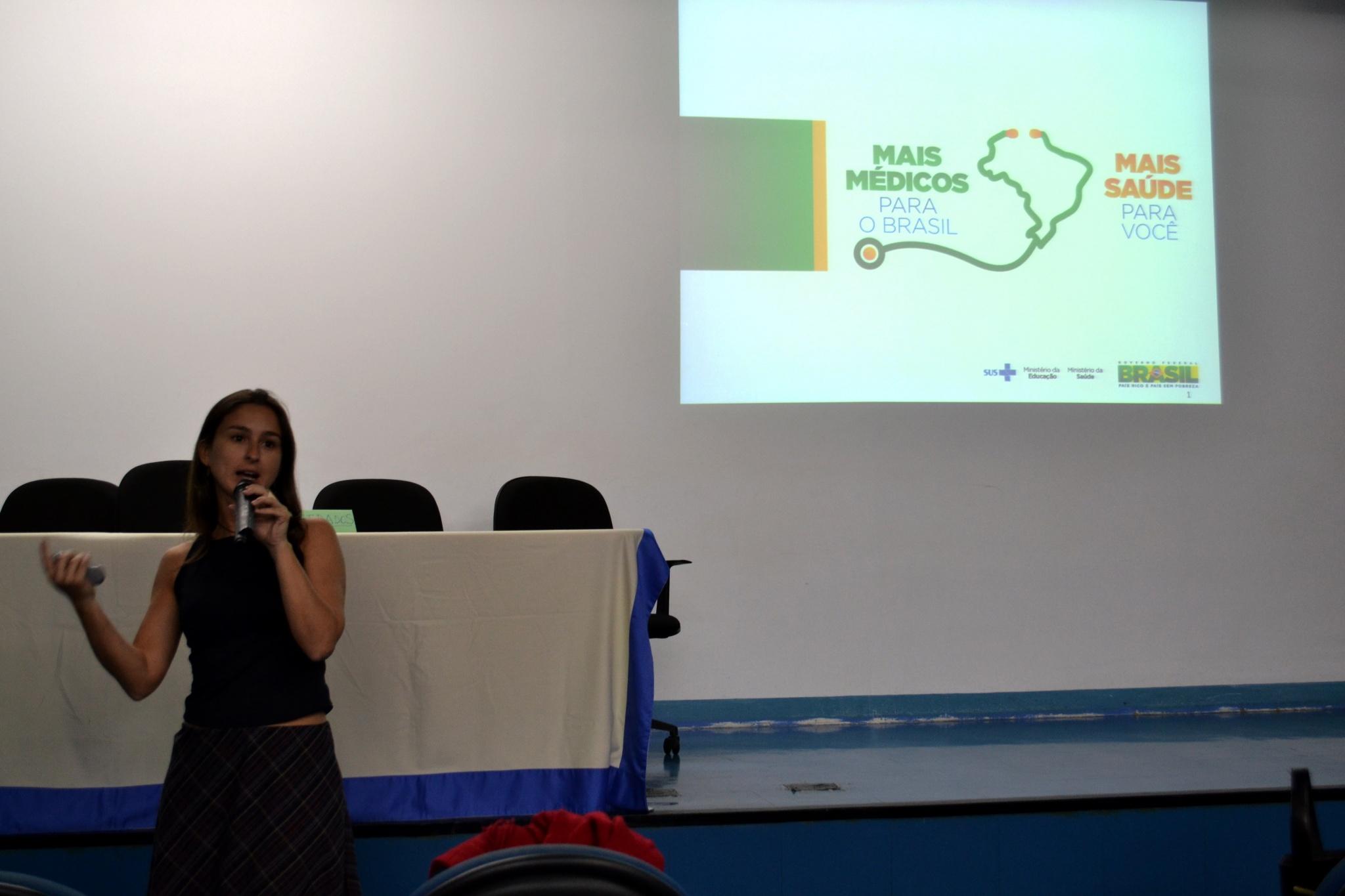 Mariana Campos, representante do Ministério da Saúde (MS) no estado de São Paulo, explica o funcionamento do Programa Mais Médicos/Foto: Camila Delmondes - ARPI - FCM/Unicamp