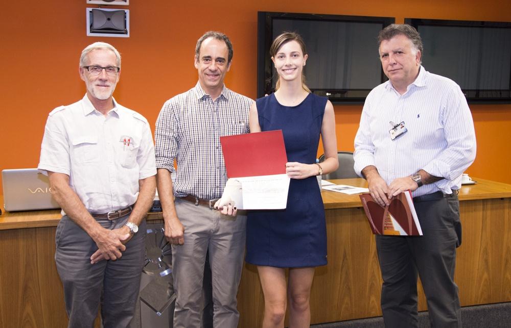 A estudante Gabriela Figueiredo Pucci recebe o primeiro lugar do 20º Prêmio Lopes de Faria/Foto: Rafael Marques