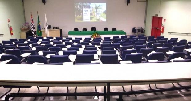 Anfiteatro 1 da FCM com capacidade para 120 lugares