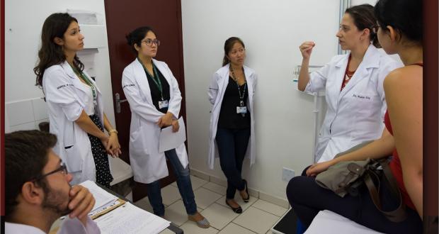 O graduado em Medicina deverá estabelecer a comunicação com usuários, comunidade e equipe profissional com empatia e interesse.